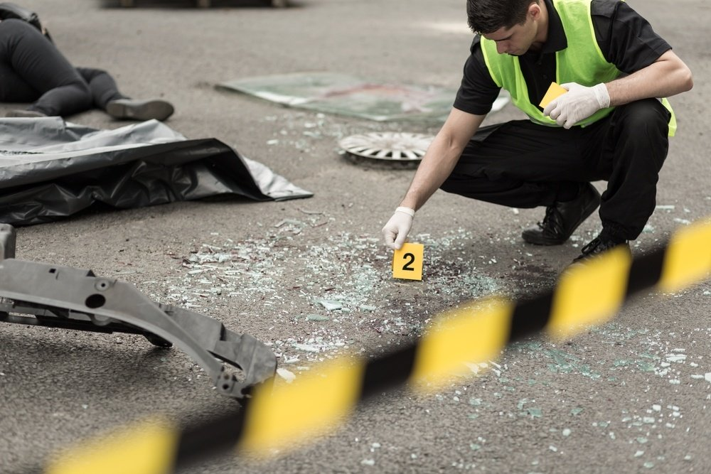 Policeman during investigation at road accident area how to settle a car accident person injury claim